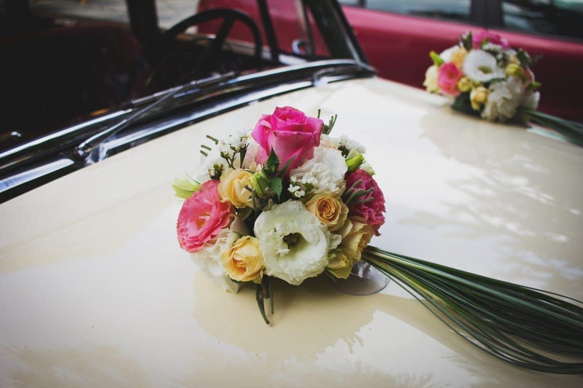 voiture de collection bouquet de fleurs