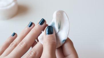 femme enlever retirer vernis ongles manucure nail art dissolvant coton