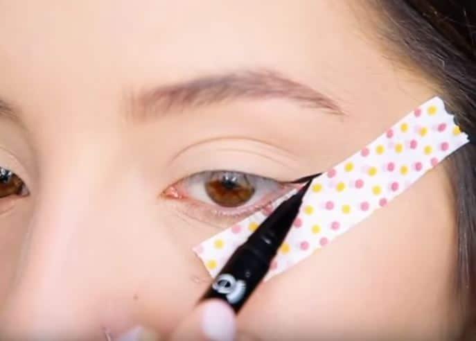 eyeliner astuce facile maquillage réussir virgule