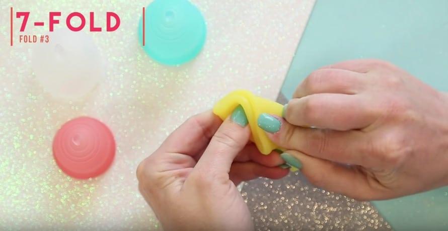 pliage coupe menstruelle en origami ou V