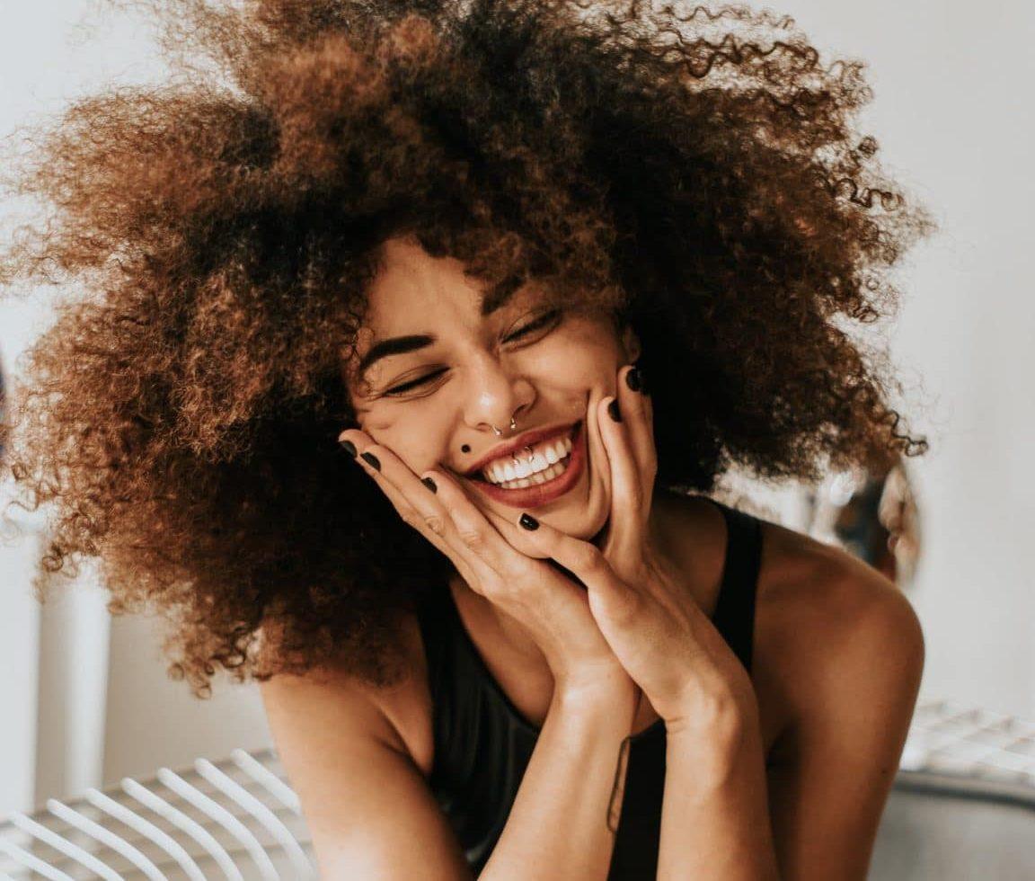 gagner confiance en soi sourire rire heureuse