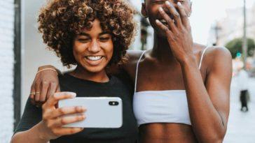 selfie entre copines smartphone