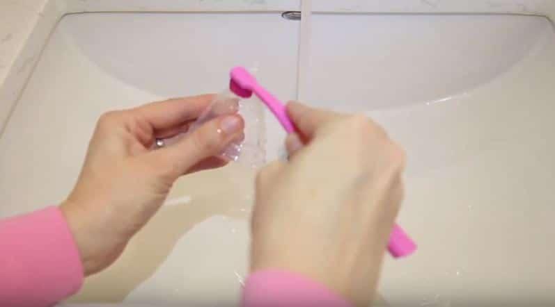 laver sa cup coupe menstruelle eau savon lavabo brosse dents