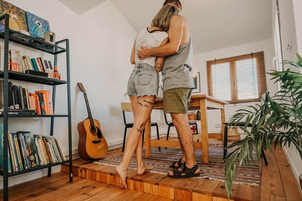 maison couple jouer de la guitare appartement