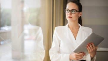 business woman travail boulot brune lunettes
