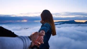 couple montagne randonnées France nuages