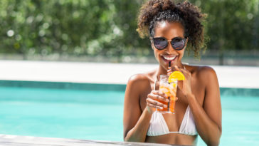 femme métisse piscine cocktail été eau mer plage souvenirs de vacances soleil