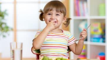 petite fille enfant manger bio à la crèche cantine
