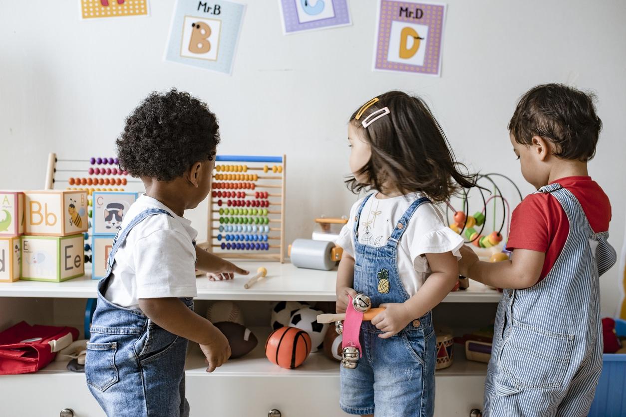 enfants bébés jouer école maternelle crèche