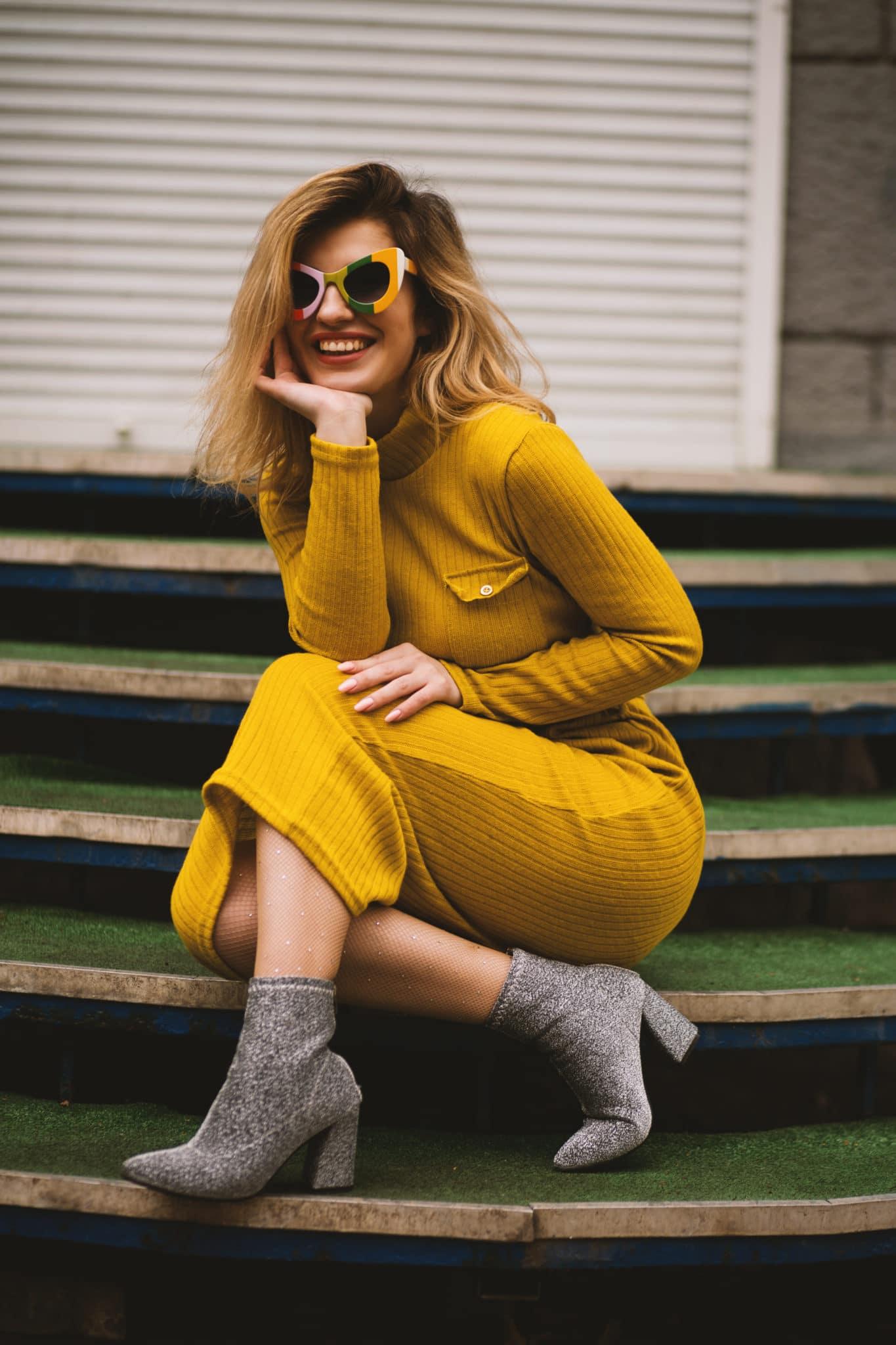 robe jaune sexy hiver femme sourire bottines