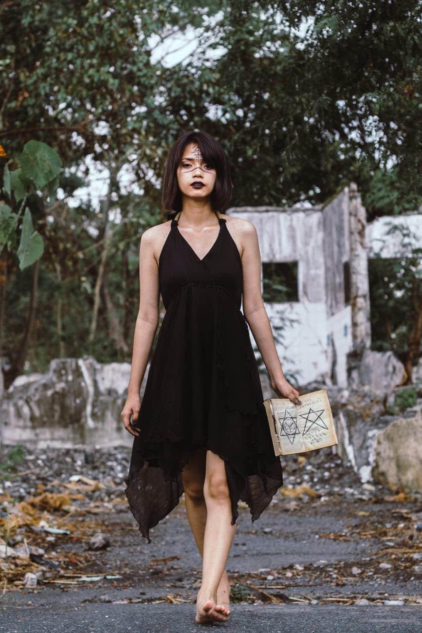 sorcière robe noire grimoire chapeau