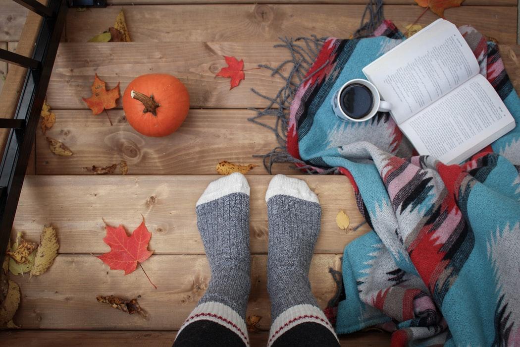 automne feuilles chaussettes pieds