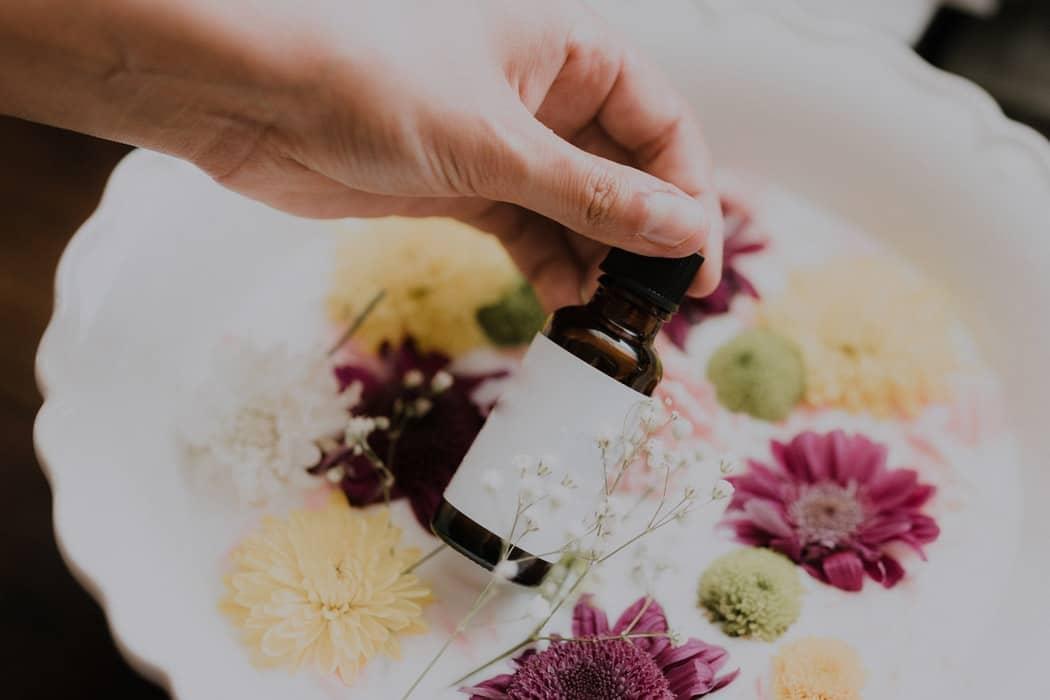 huiles essentielles bio bienfaits hiver flacon plantes fleurs
