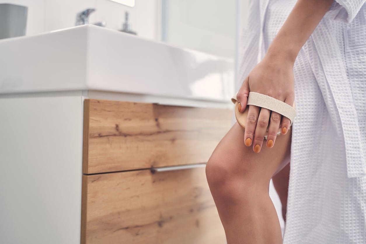épilation astuces salle de bain épilation jambes peau gommage