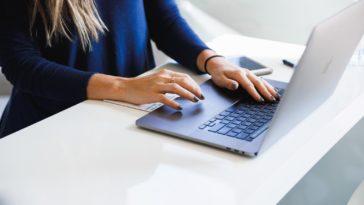 pc femme ordinateur travailler gestes gestes écran astuces