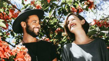 briser routine couple rire amour fleurs