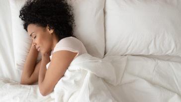 femme dort dormir lit draps sommeil endormir facilement nuit