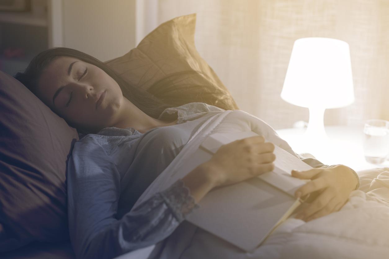 mieux dormir femme s'endormir facilement lit lire livre le soir sommeil