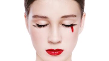 femme règles pleurer larmes sang hémolacrie menstruation vicariante