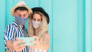 jeune couple masques corona crise sanitaire faire des rencontres selfie