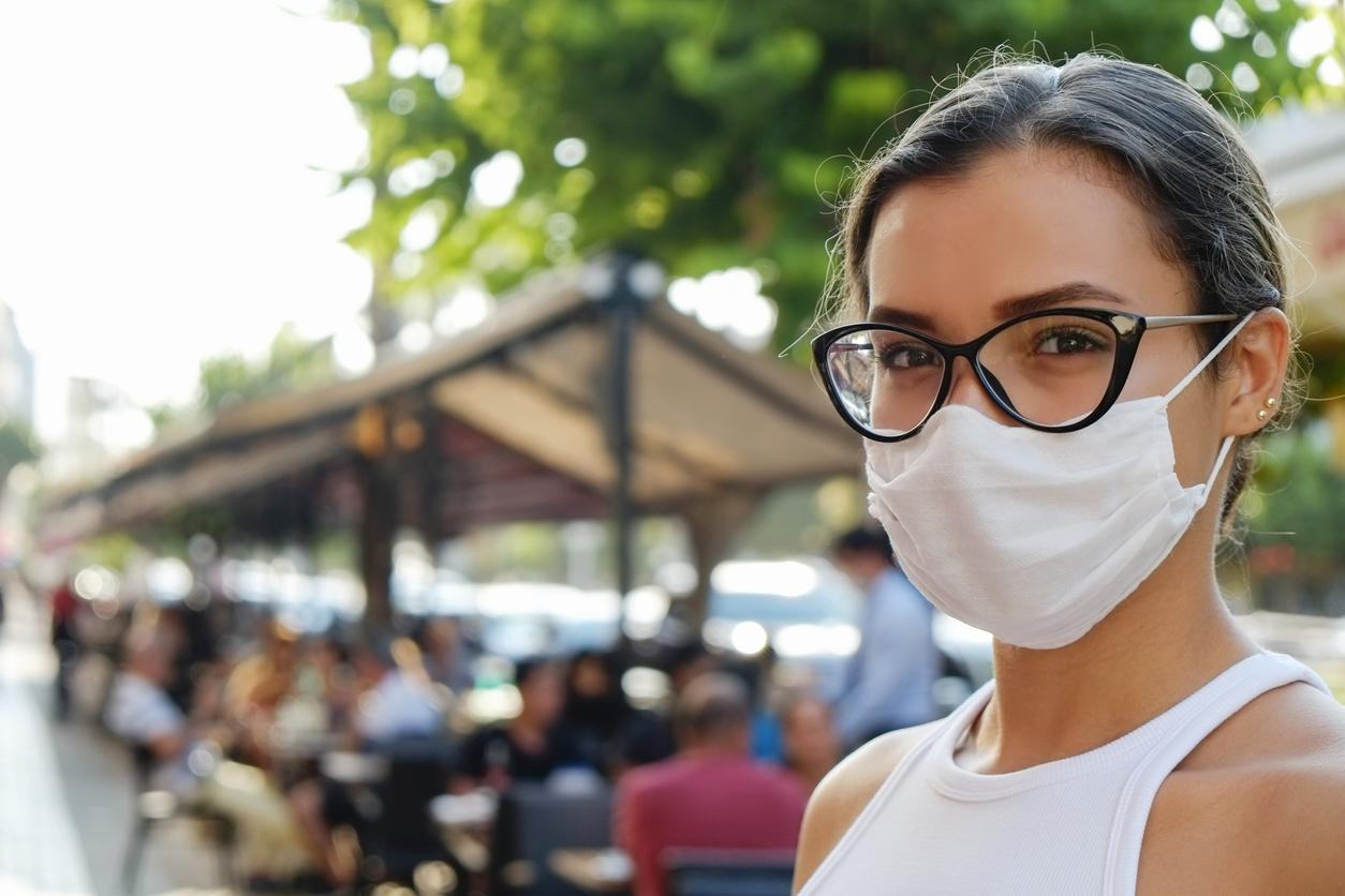 porter masque barrière covid lunettes de vue femme