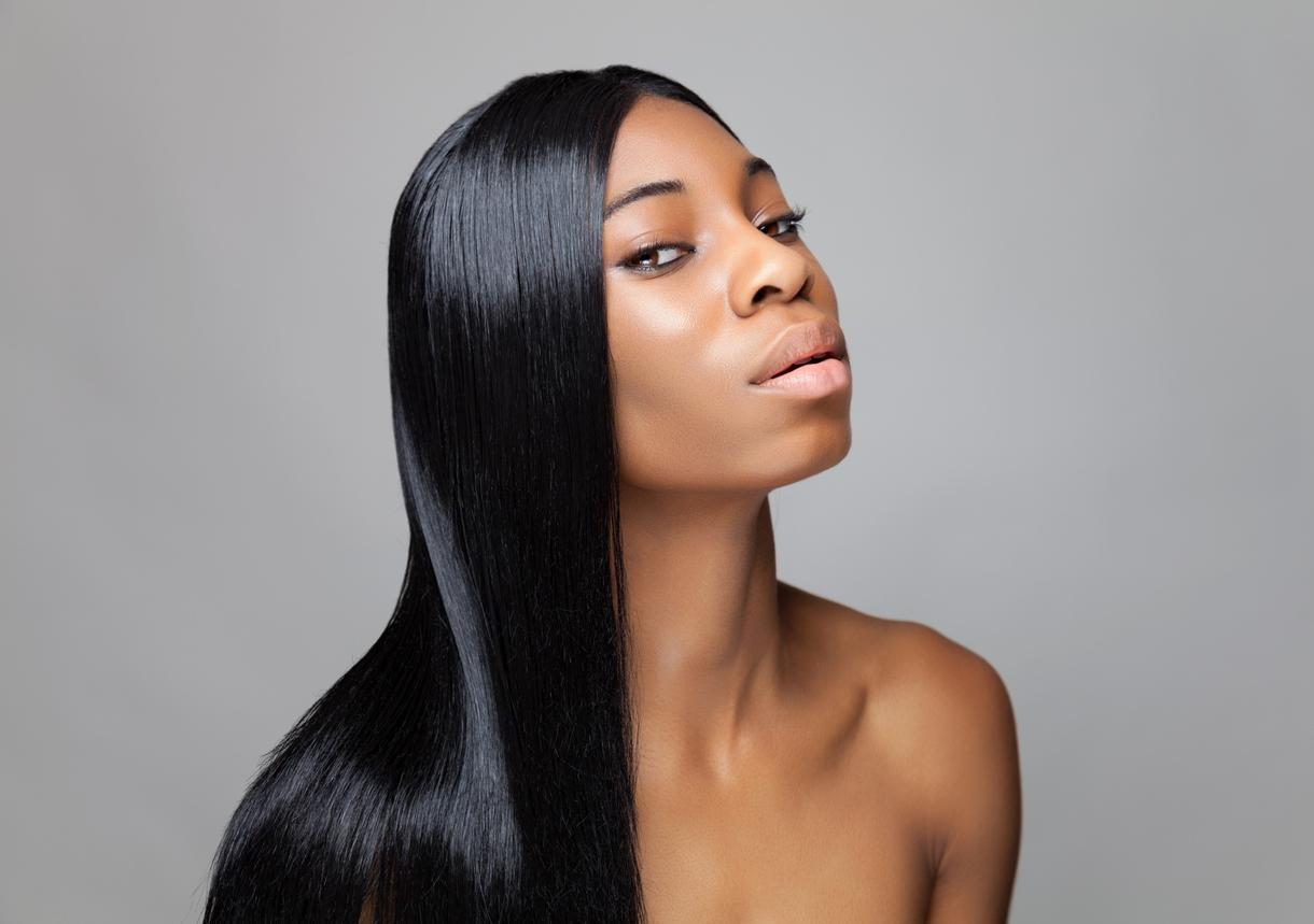 femme noire cheveux lisses lisser lissage brésilien technique