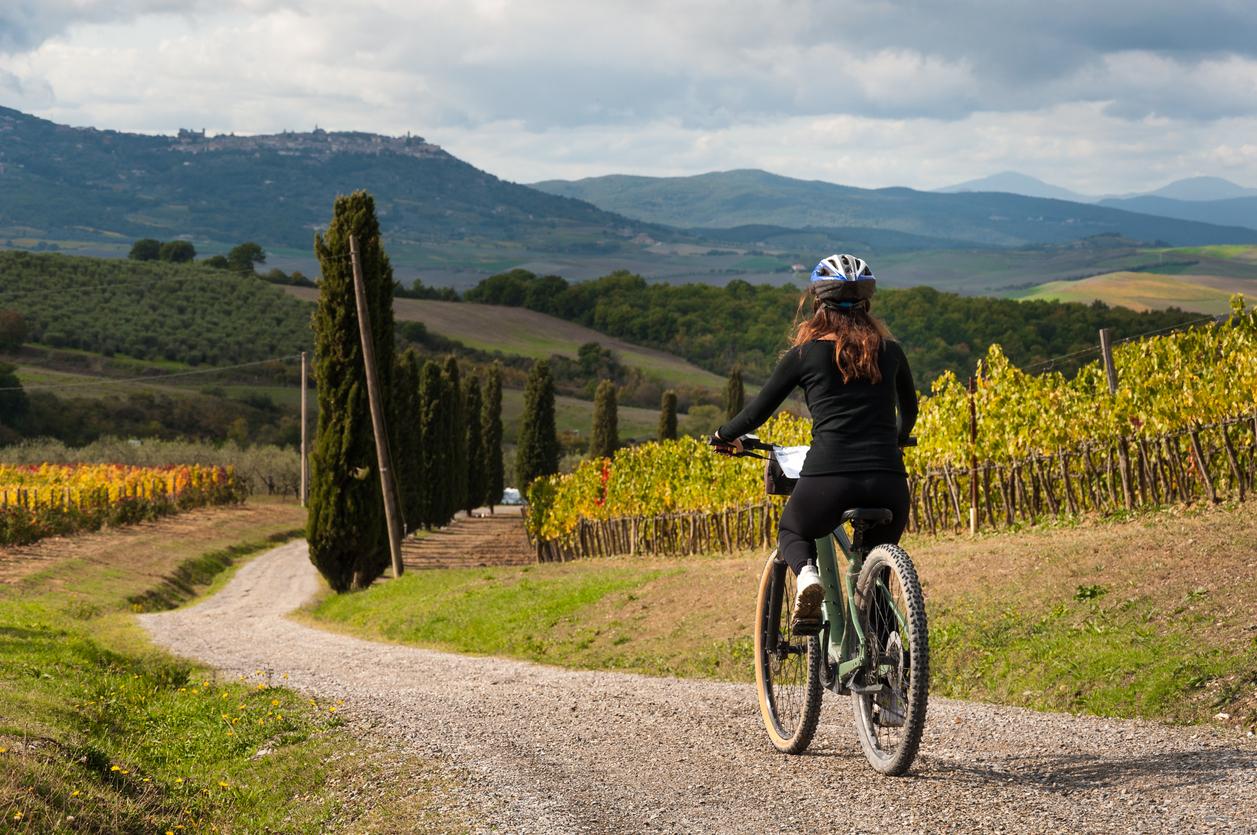 voyage à vélo excursion sport VTT vignes femme