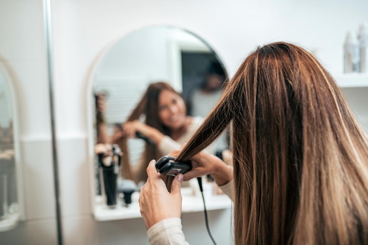 miroir femme brune lisseur lisser cheveux fer à lisser maison coiffure