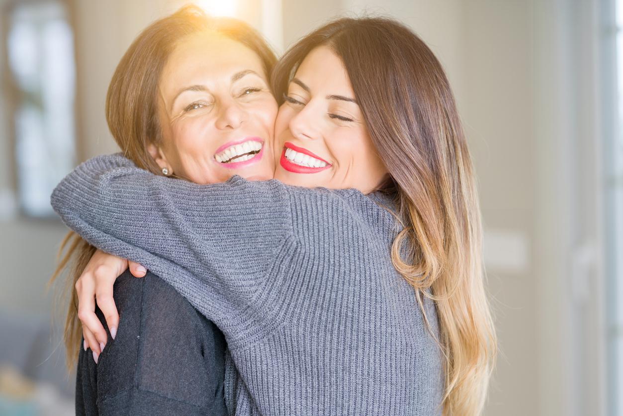 mère fille fête des Mères maman amour embrasser