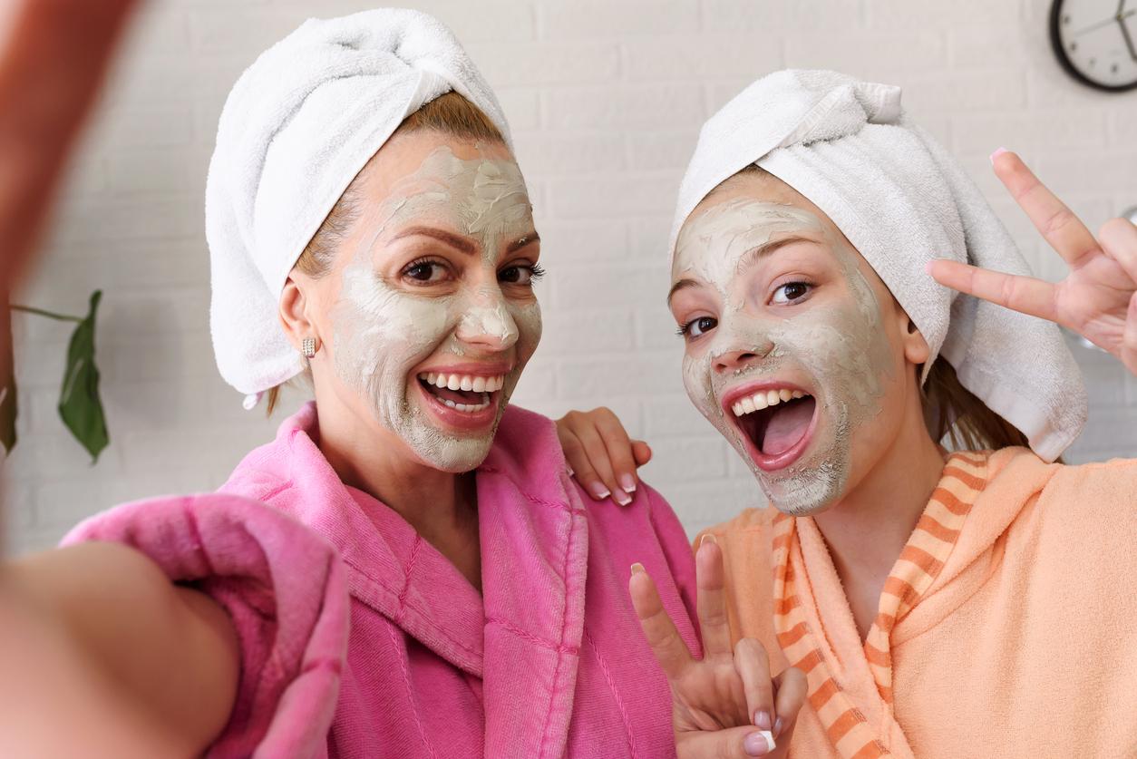 mère fille spa masque visage femmes cadeaux fête des mères faire plaisir partenaire