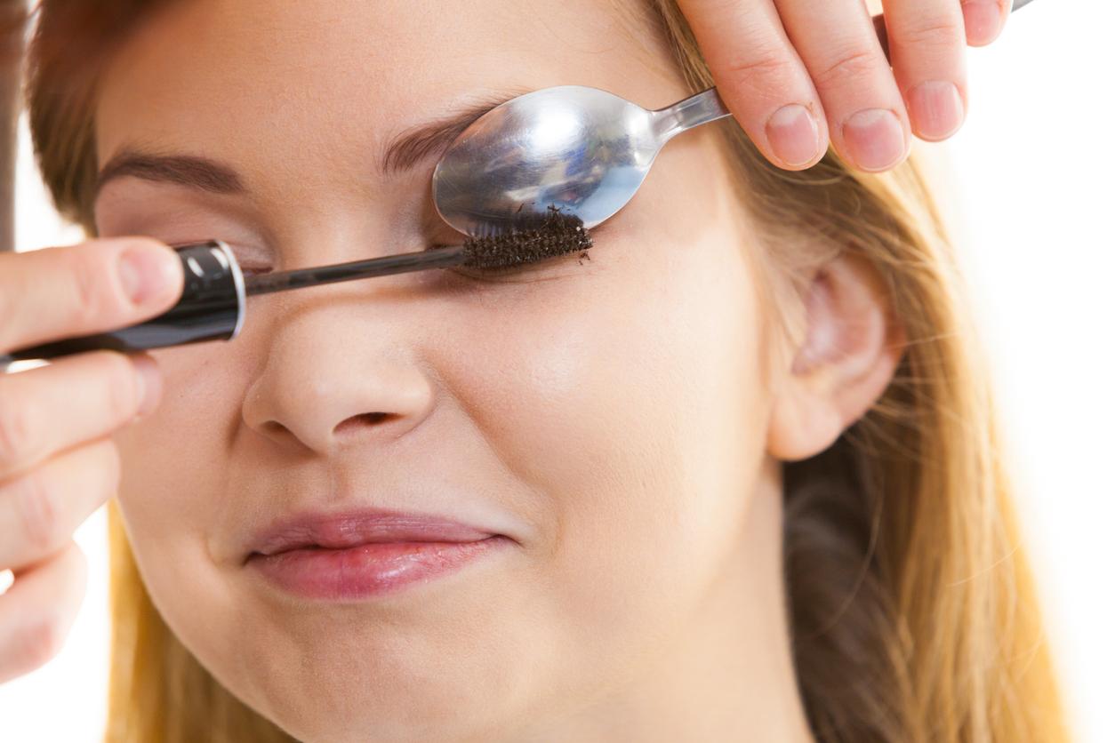 femme mascara recourber cils cuillère astuces maquillage
