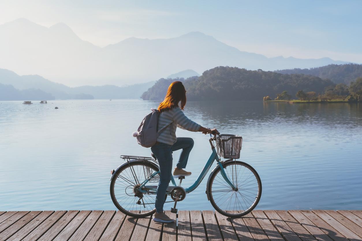 femme vélo lac cycliste sport