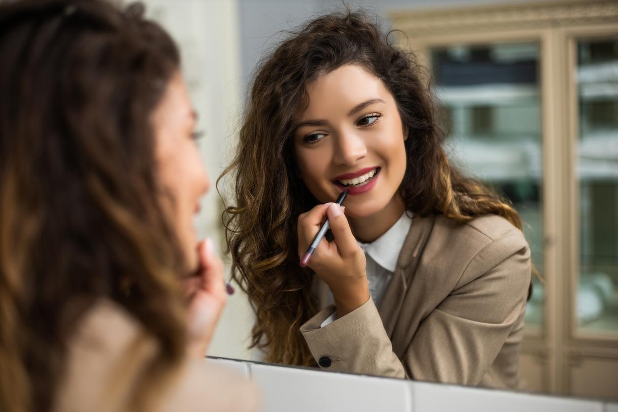 appliquer rouge à lèvres femme miroir salle de bain maquillage se maquiller