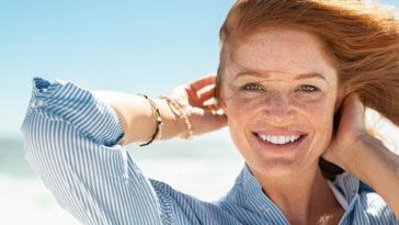belle peau taches de rousseur rousse cheveux femme soleil maquillage naturel sourire