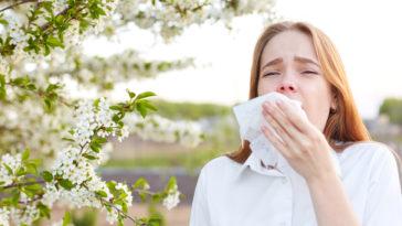 femme allergique au pollen allergies se moucher nez qui coule