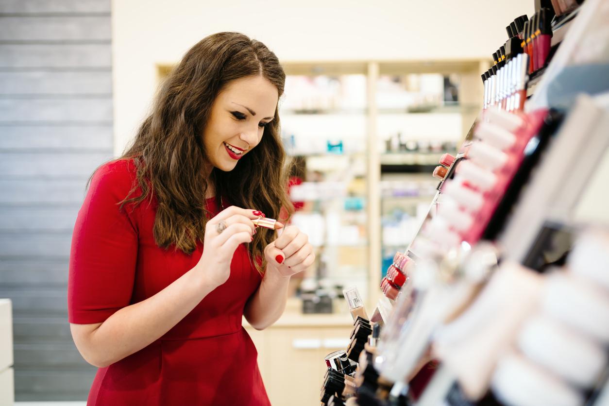 femme tester rouge à lèvres magasin cosmétiques maquillage