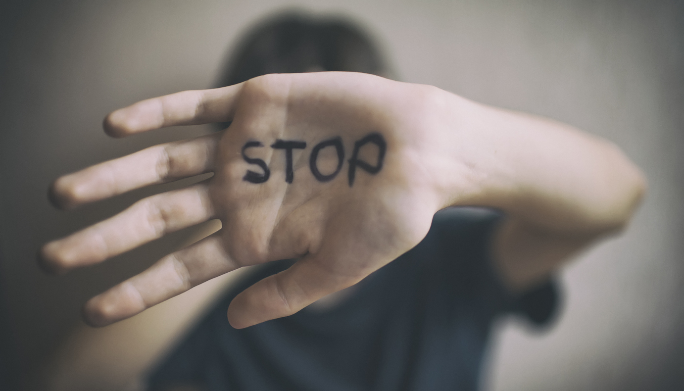violences conjugales femmes coups poing main femme féminicide
