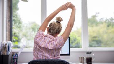 mal de dos douleurs lombaires étirer étirements femme bureau travail PC