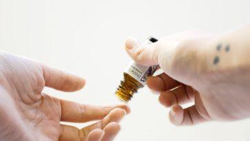 vertus des huiles essentielles peau dangers potentiels gouttes