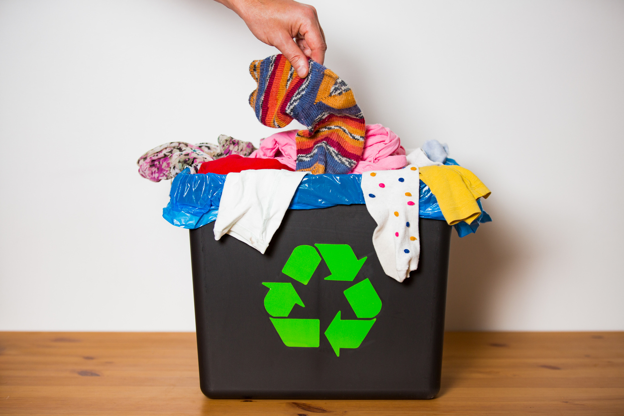 vêtements jetés à la poubelle industrie de la mode pollution jeter prêt-à-porter
