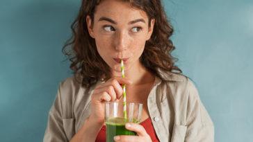 femme boire jus de fruits légumes vert detox santé bienfaits