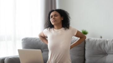 douleurs mal de dos ordinateur PC bureau télétravail femme