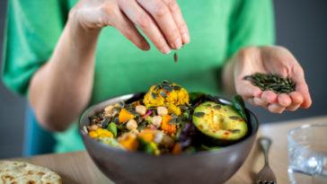 femme salade avocat plat programme minceur régime manger alimentation légumes