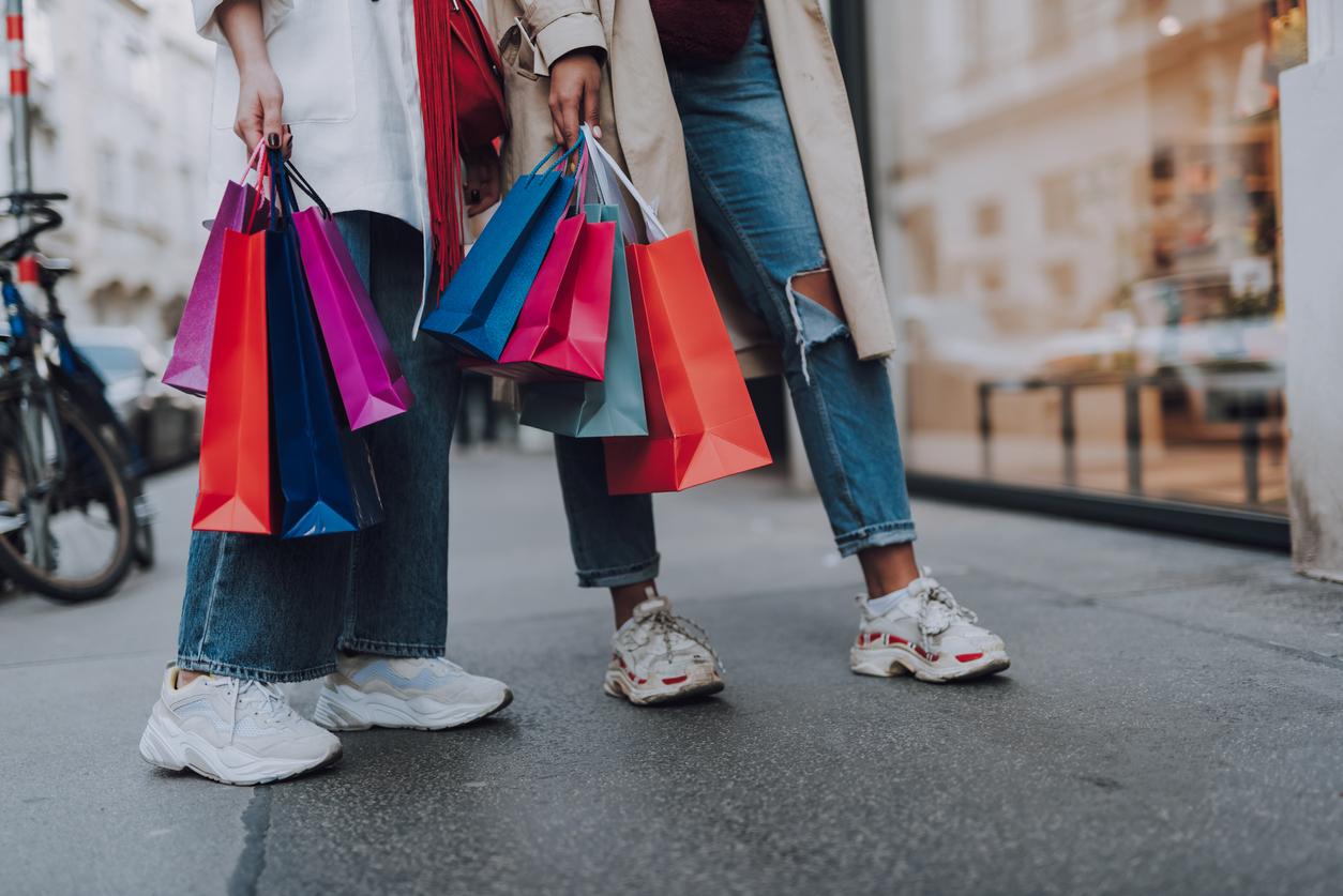 femmes shopping copines boutique vitrine sacs vêtements soldes