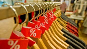 cintres en bois soldes vêtements boutique prêt-à-porter industrie
