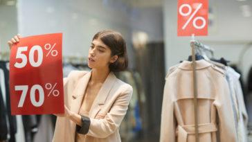 femme magasin vêtements boutique soldes vêtements vitrine mode prêt à porter