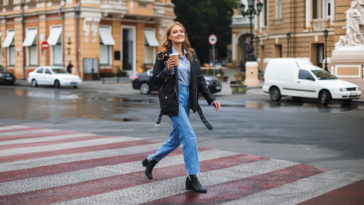Femme veste en cuir similicuir jeans tenue café marche dans la rue