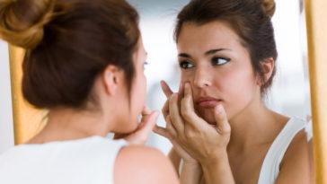 bouton acné femme miroir salle de bain remèdes naturels peau