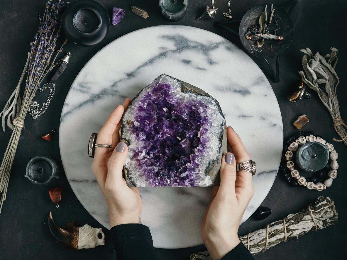 lithothérapie pierre cristal de roche violet améthyste femme